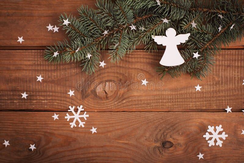 Διακοσμήσεις καρτών Χαρούμενα Χριστούγεννας στην κοπή εγγράφου με το έλατο στοκ εικόνες με δικαίωμα ελεύθερης χρήσης