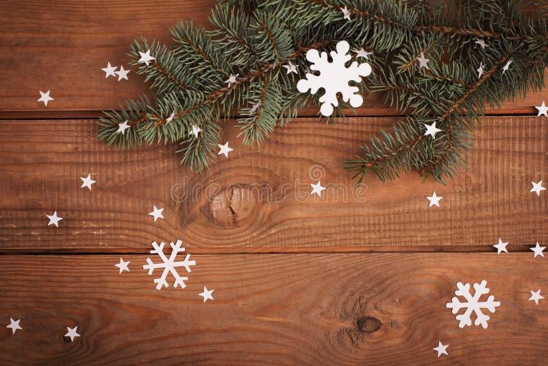 Διακοσμήσεις καρτών Χαρούμενα Χριστούγεννας στην κοπή εγγράφου με το έλατο στοκ φωτογραφίες