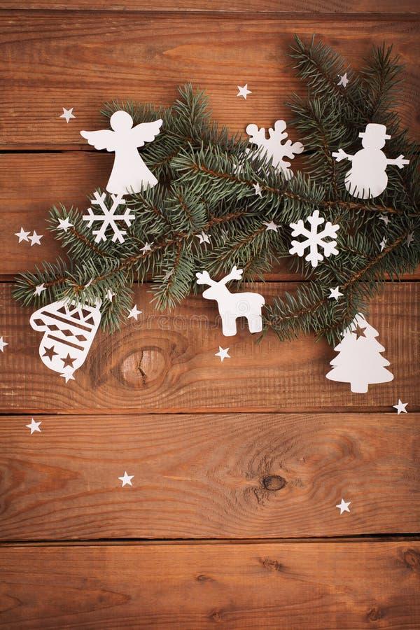 Διακοσμήσεις καρτών Χαρούμενα Χριστούγεννας στην κοπή εγγράφου με το έλατο στοκ εικόνα με δικαίωμα ελεύθερης χρήσης