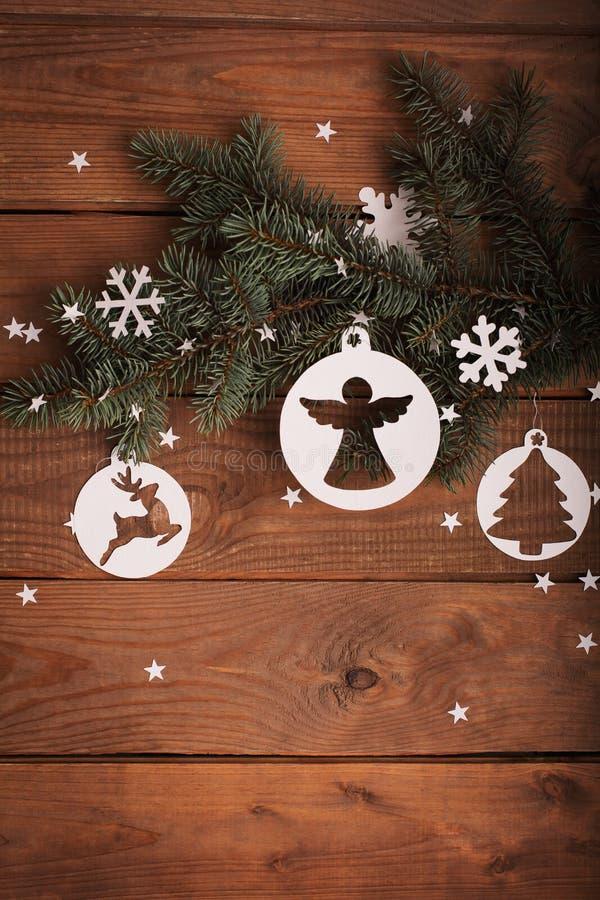Διακοσμήσεις καρτών Χαρούμενα Χριστούγεννας στην κοπή εγγράφου με το έλατο στοκ φωτογραφίες με δικαίωμα ελεύθερης χρήσης