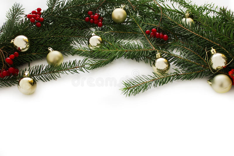 Διακοσμήσεις με τα παιχνίδια χριστουγεννιάτικων δέντρων και Χριστουγέννων που απομονώνονται στο άσπρο υπόβαθρο Νέο πλαίσιο καρτών στοκ φωτογραφία με δικαίωμα ελεύθερης χρήσης