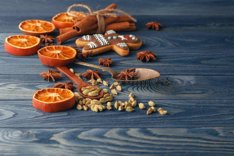 Διακοσμήσεις, μπισκότα και καρυκεύματα Χριστουγέννων Ingredi τροφίμων διακοπών στοκ εικόνες