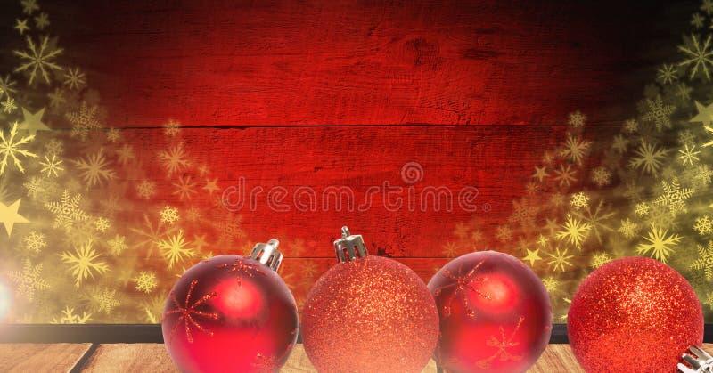 Διακοσμήσεις μπιχλιμπιδιών Χριστουγέννων και snowflake σχέδια στο ξύλο στοκ φωτογραφίες με δικαίωμα ελεύθερης χρήσης