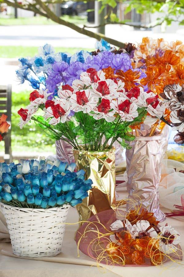 Διακοσμήσεις λουλουδιών σπιτιών στα βάζα Λουλούδια στοκ εικόνα