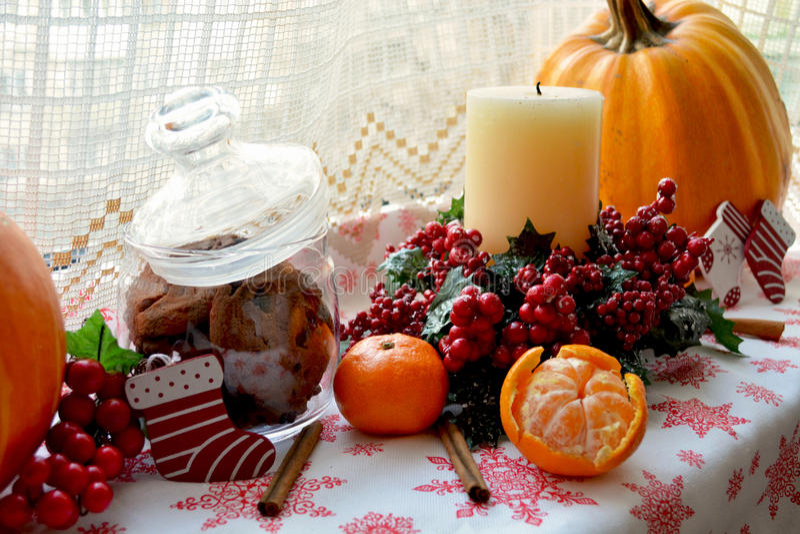Διακοσμήσεις παραθύρων Χριστουγέννων με την κολοκύθα και το κερί στοκ εικόνα