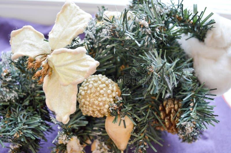Διακοσμήσεις, προσκρούσεις, παιχνίδια, λουλούδια σε έναν κλάδο ενός χριστουγεννιάτικου δέντρου στοκ εικόνες