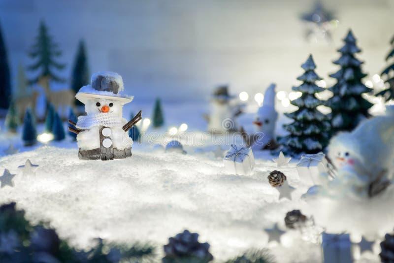 Διακοσμήσεις χειμώνα και Χριστουγέννων στο χιόνι στοκ φωτογραφία