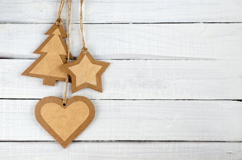 Διακοσμήσεις Χριστουγέννων εγγράφου στο ξύλο στοκ εικόνες