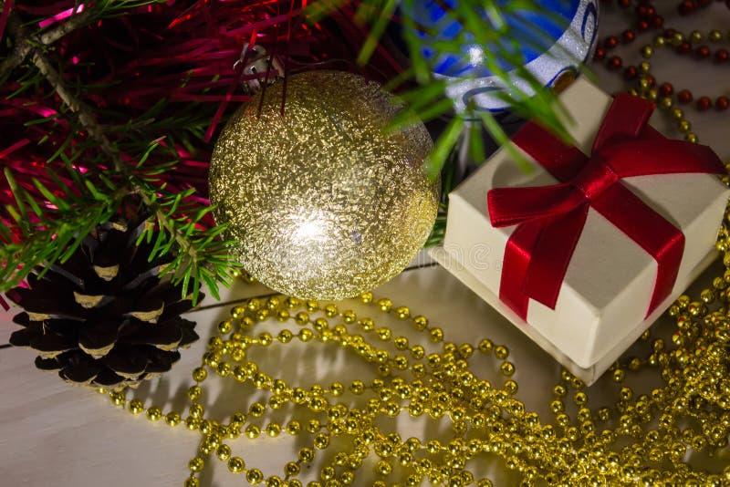 Διακοσμήσεις Χριστουγέννων και ένα κιβώτιο με ένα δώρο στοκ φωτογραφία