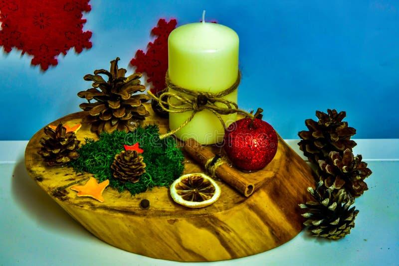 Διακοσμήσεις Χριστουγέννων κατόχων κεριών, που γίνονται με το χέρι, φυσικά συστατικά στοκ εικόνα με δικαίωμα ελεύθερης χρήσης