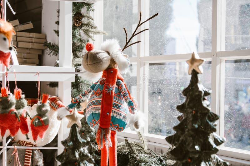 Διακοσμήσεις Χριστουγέννων, κούκλα ταράνδων με τα φωτεινά χρώματα δίπλα στοκ εικόνες