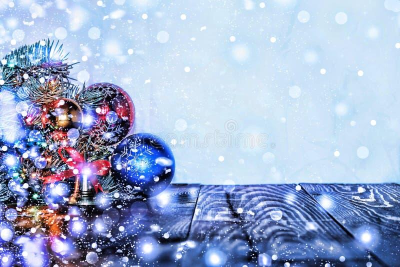 Διακοσμήσεις Χριστουγέννων, πολύχρωμα σφαίρες και δώρα με ένα χριστουγεννιάτικο δέντρο σε ένα ξύλινο υπόβαθρο με ένα αντίγραφο το στοκ εικόνες