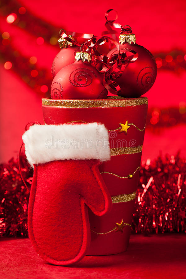 Διακοσμήσεις Χριστουγέννων σε ένα βάζο με το κόκκινο γάντι Άγιου Βασίλη στοκ φωτογραφία