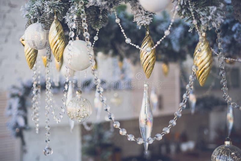 Διακοσμήσεις Χριστουγέννων σε ένα εορταστικό εσωτερικό στοκ φωτογραφίες με δικαίωμα ελεύθερης χρήσης