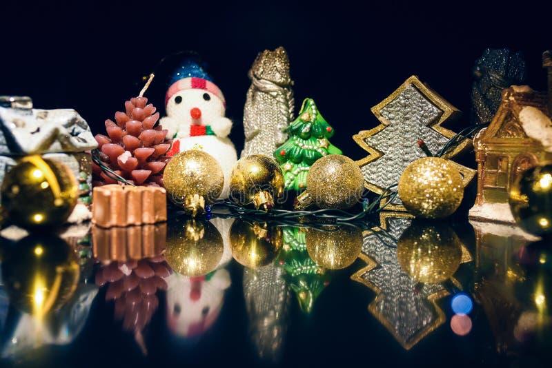 Διακοσμήσεις Χριστουγέννων σε ένα μαύρο υπόβαθρο καθρεφτών στοκ εικόνα
