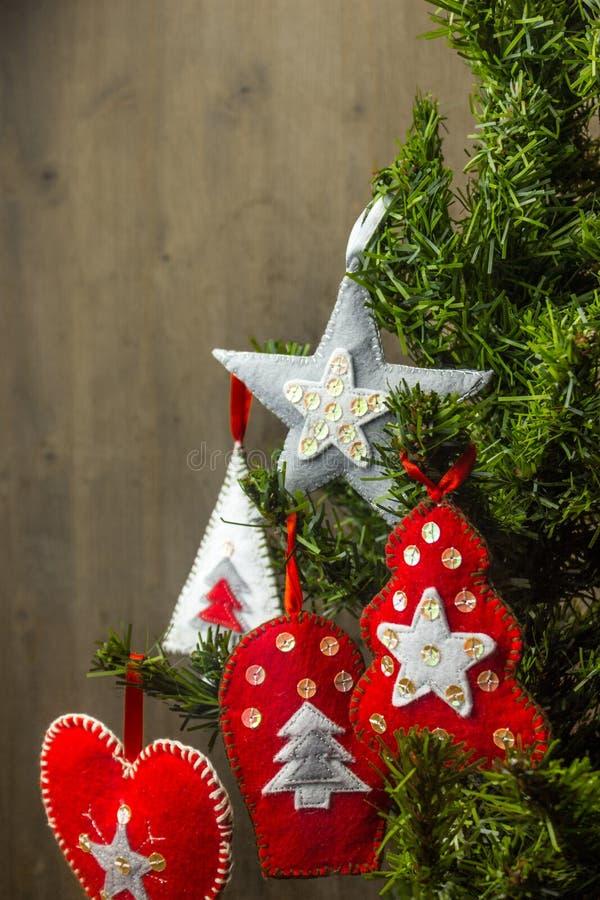 Διακοσμήσεις Χριστουγέννων σε ένα χριστουγεννιάτικο δέντρο - αισθητά παιχνίδια στοκ φωτογραφίες