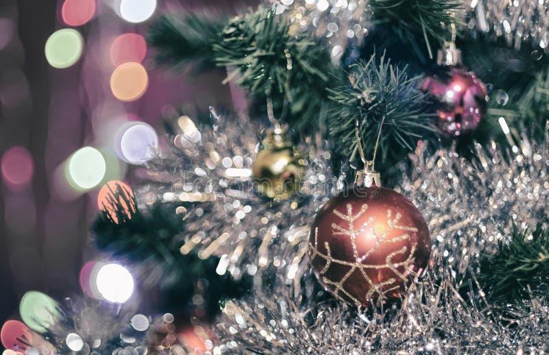 Διακοσμήσεις Χριστουγέννων σε ένα χριστουγεννιάτικο δέντρο στοκ φωτογραφία με δικαίωμα ελεύθερης χρήσης