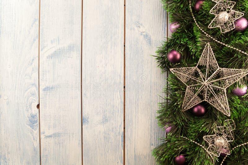 Διακοσμήσεις Χριστουγέννων σε μια ξύλινη ανασκόπηση στοκ φωτογραφίες