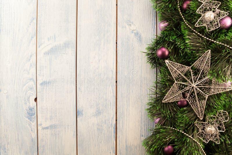 Διακοσμήσεις Χριστουγέννων σε μια ξύλινη ανασκόπηση στοκ φωτογραφίες με δικαίωμα ελεύθερης χρήσης