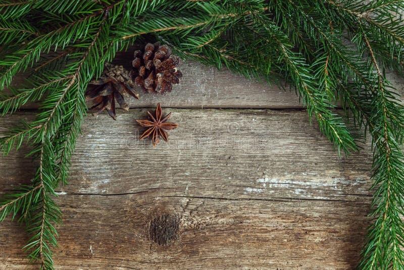 Διακοσμήσεις Χριστουγέννων σε μια ξύλινη ανασκόπηση στοκ εικόνα με δικαίωμα ελεύθερης χρήσης