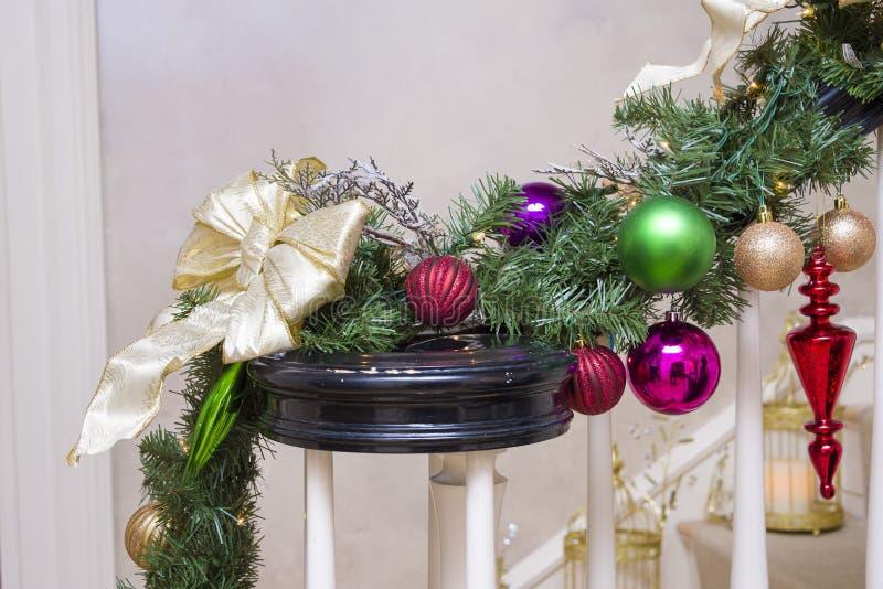 Διακοσμήσεις Χριστουγέννων σε μια σκάλα στοκ εικόνες με δικαίωμα ελεύθερης χρήσης