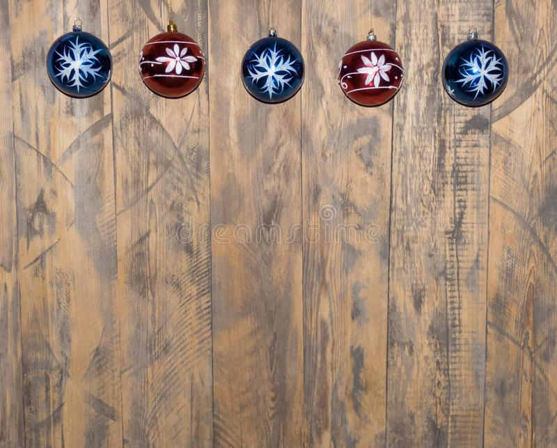 Διακοσμήσεις Χριστουγέννων στην ξύλινη ανασκόπηση στοκ φωτογραφία με δικαίωμα ελεύθερης χρήσης