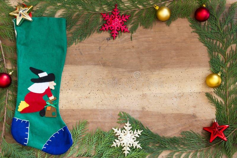 Διακοσμήσεις Χριστουγέννων στην ξύλινη ανασκόπηση στοκ εικόνες