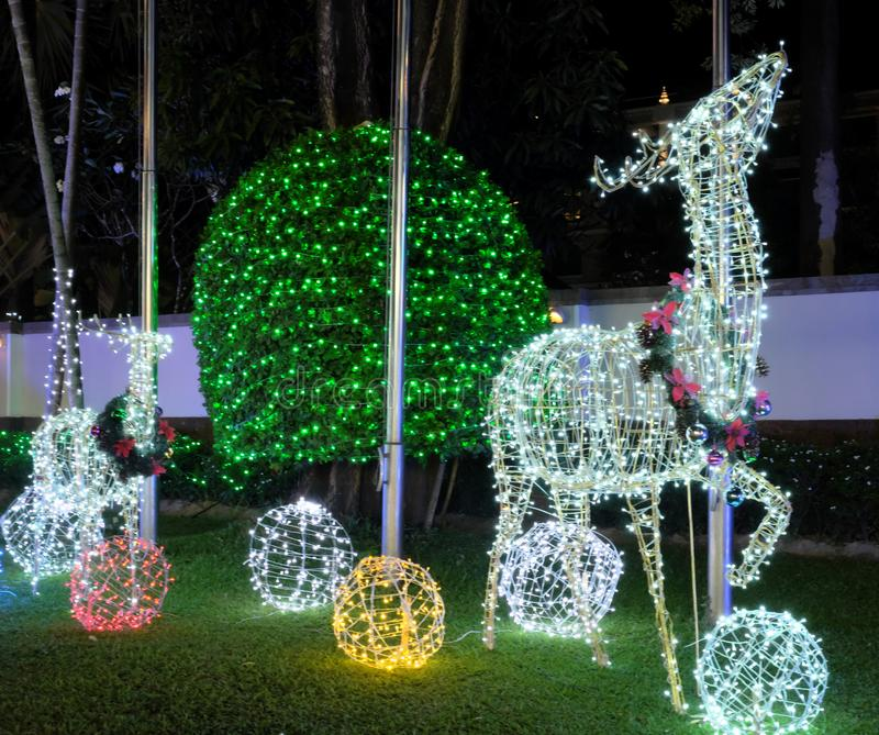 Διακοσμήσεις Χριστουγέννων στην οδό Ένα ελάφι έκανε από τα φω'τα Χριστουγέννων πυράκτωσης Εορταστικό ντεκόρ στοκ φωτογραφία με δικαίωμα ελεύθερης χρήσης