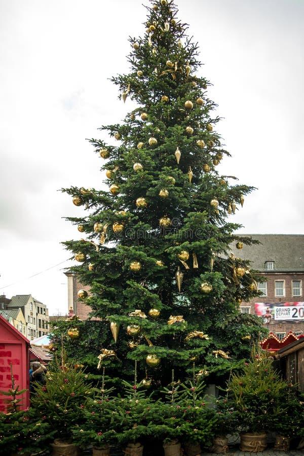 Διακοσμήσεις Χριστουγέννων στη σκηνή πόλεων στην πόλη του Ντίσελντορφ στοκ φωτογραφίες