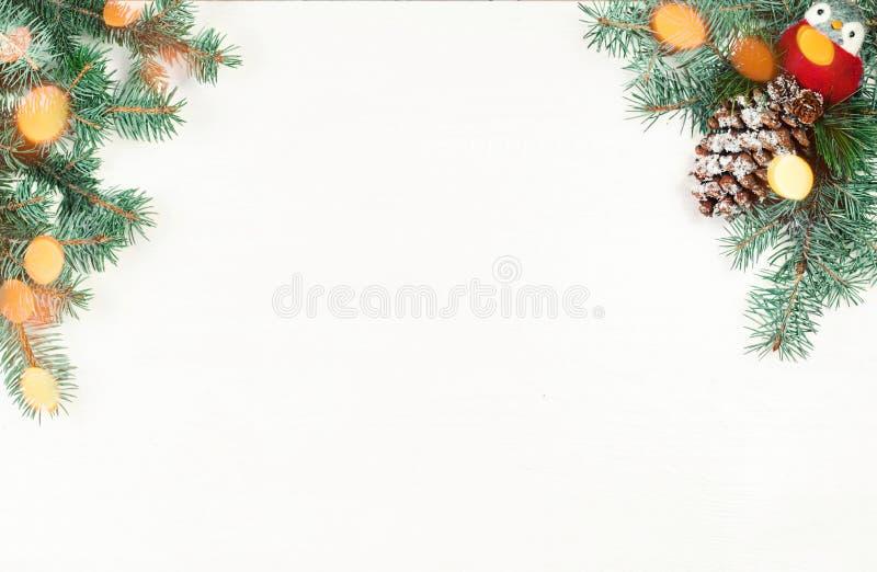 Διακοσμήσεις Χριστουγέννων στο άσπρο ξύλινο υπόβαθρο Χριστούγεννα fram στοκ φωτογραφίες