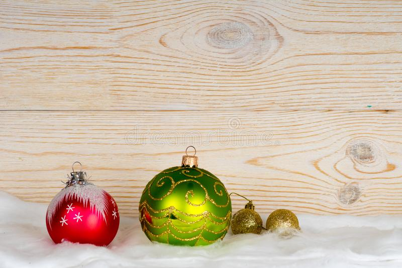 Διακοσμήσεις Χριστουγέννων στο άσπρο χιόνι στοκ φωτογραφίες