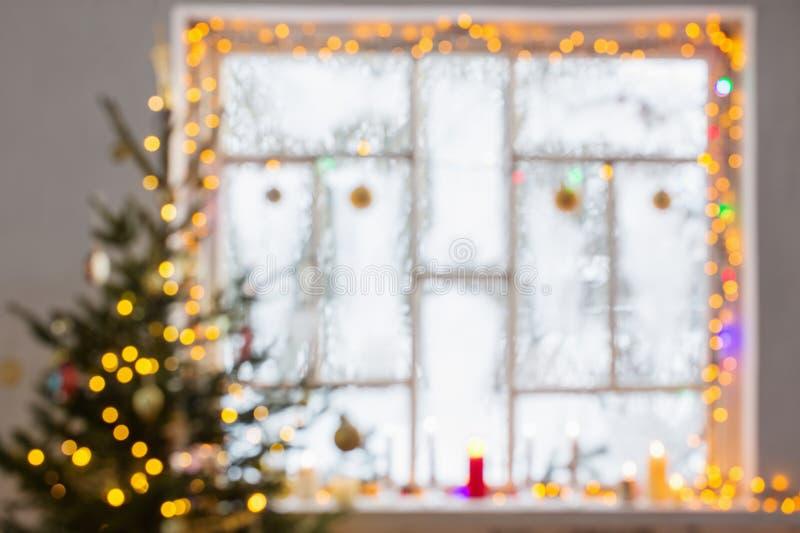 Διακοσμήσεις Χριστουγέννων στο ξύλινο παράθυρο από την εστίαση στοκ εικόνες