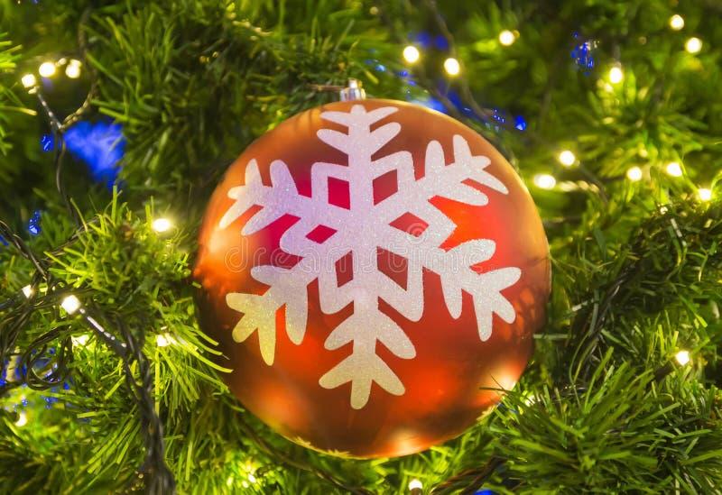 Διακοσμήσεις Χριστουγέννων στο χριστουγεννιάτικο δέντρο στοκ εικόνες