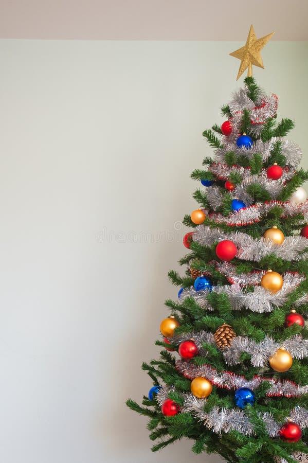 Διακοσμήσεις Χριστουγέννων στο χριστουγεννιάτικο δέντρο Διακοσμημένο χριστουγεννιάτικο δέντρο όμορφος διακοσμήστε στοκ εικόνα