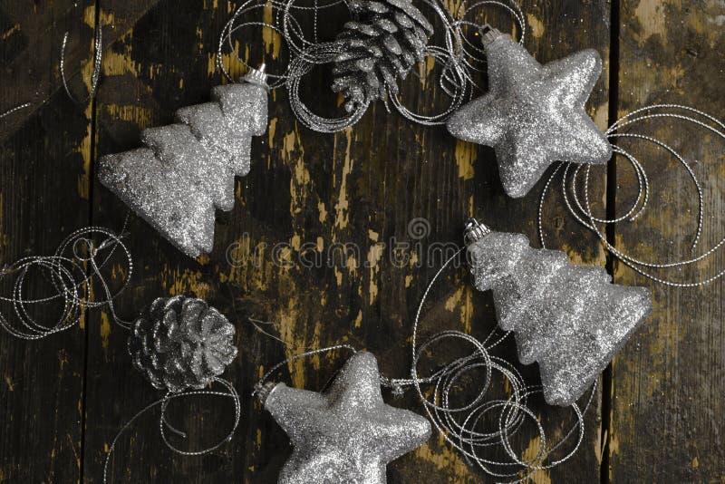 Διακοσμήσεις Χριστουγέννων του ασημένιου χρώματος σε ένα παλαιό ξύλινο backgroun στοκ εικόνες με δικαίωμα ελεύθερης χρήσης