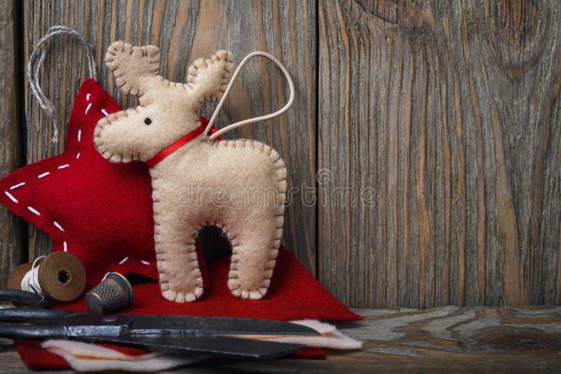 Διακοσμήσεις Χριστουγέννων φιαγμένες από αισθητός και εργαλεία για να τους δημιουργήσει στοκ φωτογραφίες