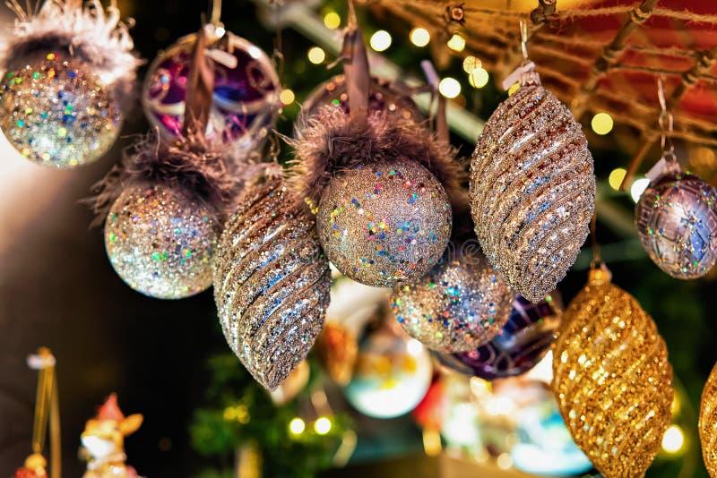 Διακοσμήσεις χριστουγεννιάτικων δέντρων γυαλιού στην αγορά νύχτας σε Gendarmenmarkt το χειμώνα Βερολίνο, Γερμανία Στάβλοι εκθέσεω στοκ φωτογραφία