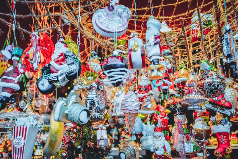 Διακοσμήσεις χριστουγεννιάτικων δέντρων γυαλιού στην αγορά νύχτας σε Gendarmenmarkt το χειμώνα Βερολίνο, Γερμανία Στάβλοι εκθέσεω στοκ εικόνες