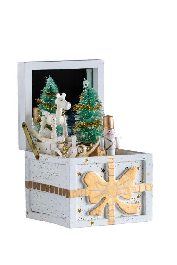 διακοσμήσεις Χριστου&gamm Παλαιό ξύλινο κιβώτιο μουσικής με ένα τραγούδι Χριστουγέννων Το χριστουγεννιάτικο δέντρο και οι αριθμοί στοκ εικόνα με δικαίωμα ελεύθερης χρήσης