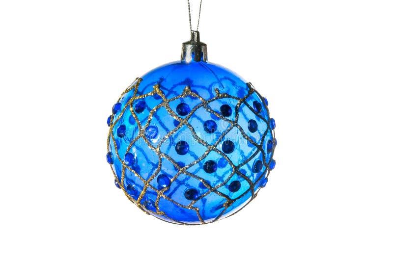 Διακοσμήσεις Χριστούγεννο-δέντρων - η μπλε σφαίρα με τη χρυσή διακόσμηση η ανασκόπηση απομόνωσε το λευκό στοκ φωτογραφία