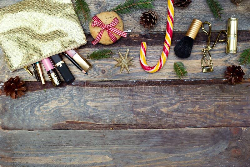 Διακοσμήσεις Makeup και Χριστουγέννων σε ένα ξύλινο υπόβαθρο Αντίγραφο SP στοκ φωτογραφία με δικαίωμα ελεύθερης χρήσης
