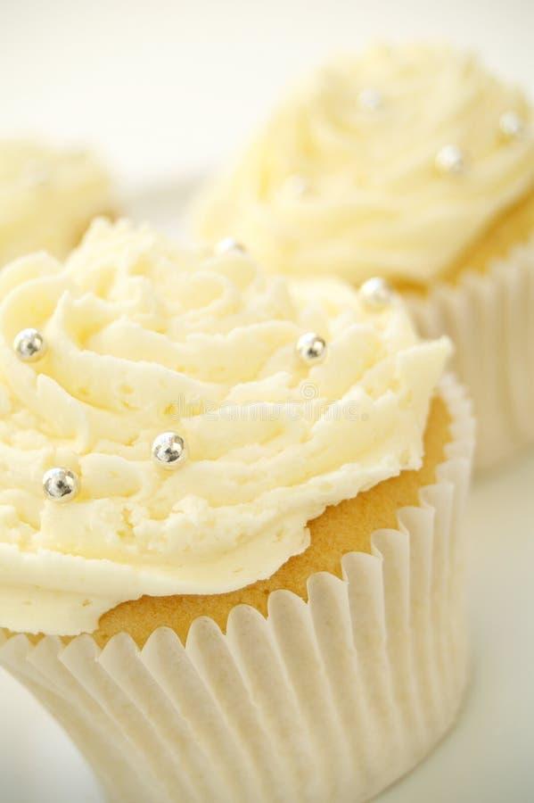 Διακοσμημένα κέικ φλυτζανιών στο λευκό στοκ φωτογραφία