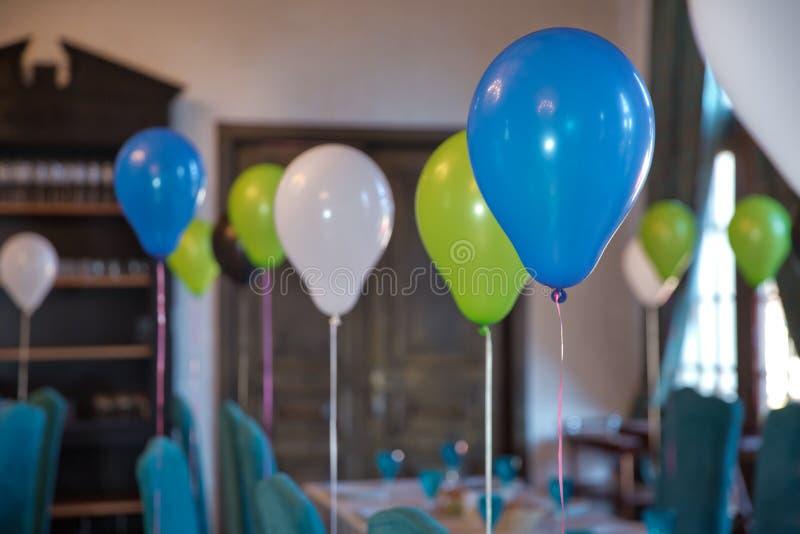 Διακοσμημένα μπαλόνια για τα γενέθλια Άποψη ενός κενού μπλε εορτασμού βαπτίσματος boyl Irthday κόμμα Β μιας έννοιας μωρών φιαγμέν στοκ φωτογραφίες