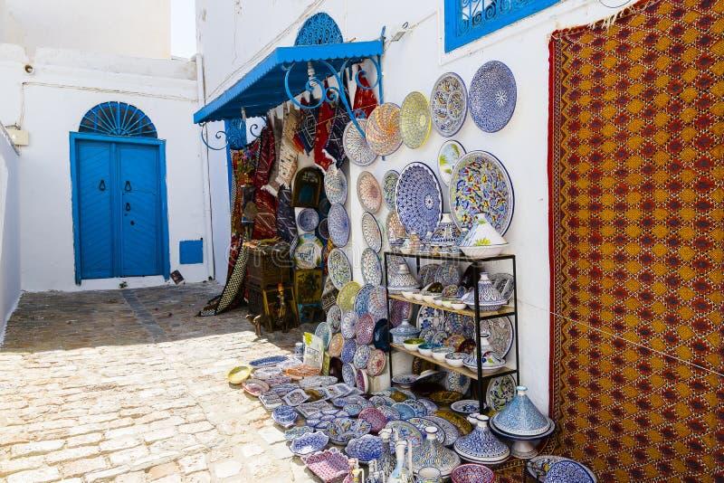 Διακοσμημένα πιάτα και παραδοσιακά τυνησιακά αναμνηστικά στοκ φωτογραφίες με δικαίωμα ελεύθερης χρήσης