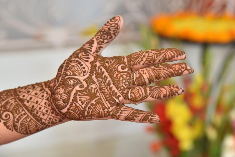 Διακοσμημένα χέρια με henna Ινδός, βοτανικός στοκ φωτογραφία με δικαίωμα ελεύθερης χρήσης