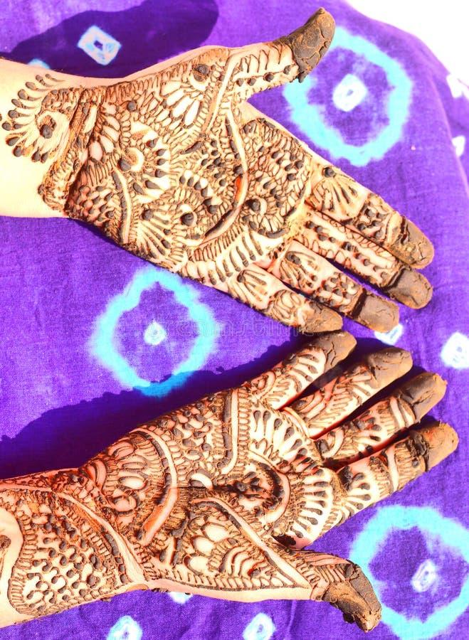 Διακοσμημένα χέρια με henna στοκ εικόνες