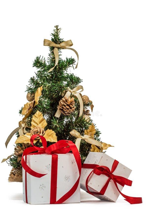 Διακοσμημένα χριστουγεννιάτικο δέντρο και δώρα, που απομονώνονται στο άσπρο υπόβαθρο στοκ εικόνες
