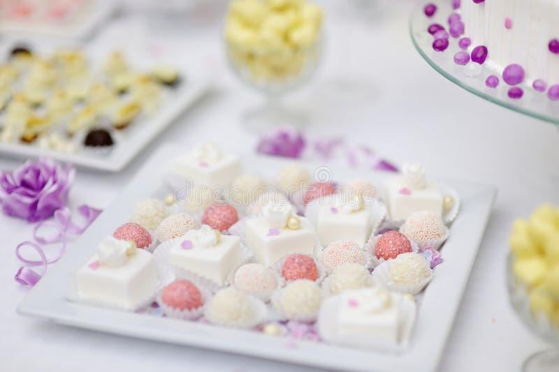 Διακοσμημένες ζωηρόχρωμες καραμέλες σε ένα άσπρο πιάτο στοκ φωτογραφίες