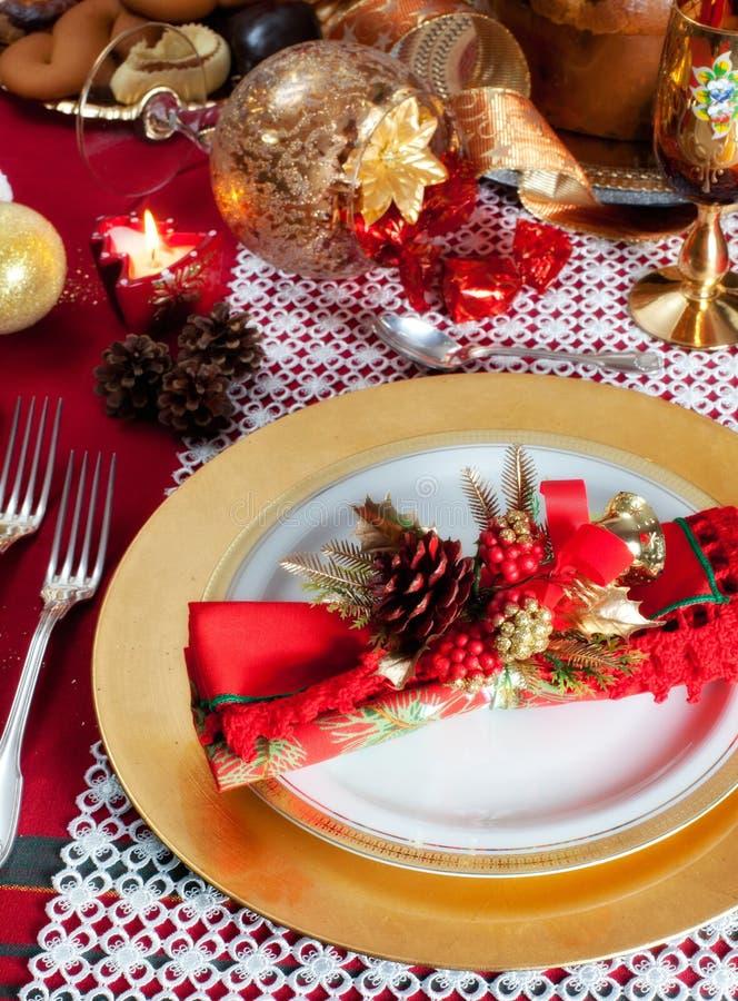 Διακοσμημένη επιτραπέζια ρύθμιση γευμάτων Χριστουγέννων στοκ εικόνες
