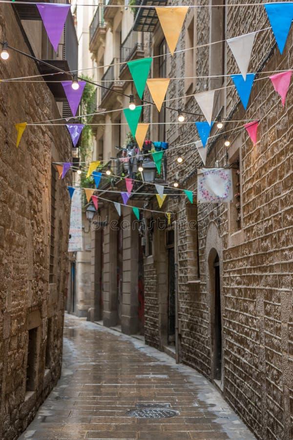 Διακοσμημένη στενή οδός με τα ζωηρόχρωμα ιστορικά κτήρια στην παλαιά πόλη της Βαρκελώνης r στοκ εικόνες με δικαίωμα ελεύθερης χρήσης